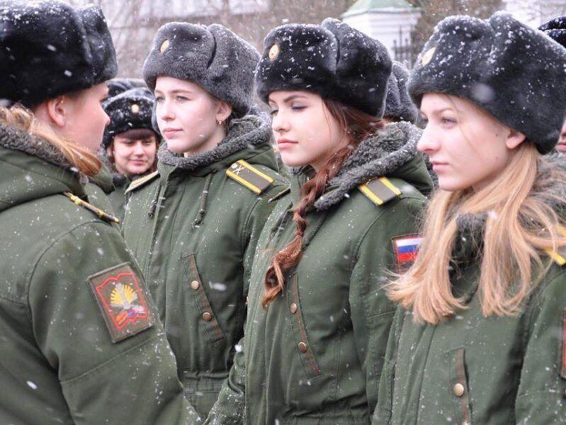 Русские девушки в строю