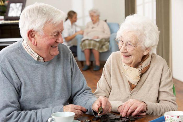 старики в домах престарелых