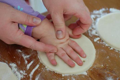 слепки ручек и ножек ребенка из соленого теста