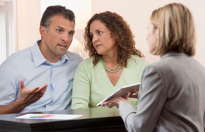 муж и жена говорят о долгах