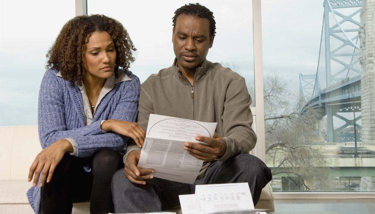 супруги смотрят кредитный договор