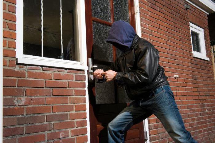 грабеж отличается от кражи способом завладения имуществом