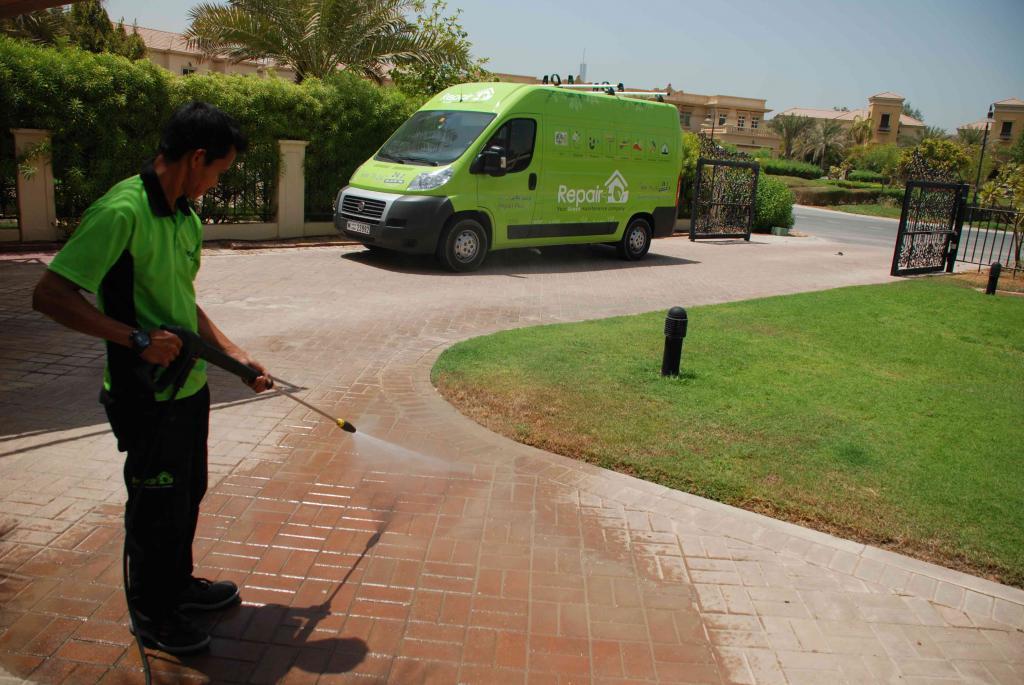 процесс уборки дворовых территорий