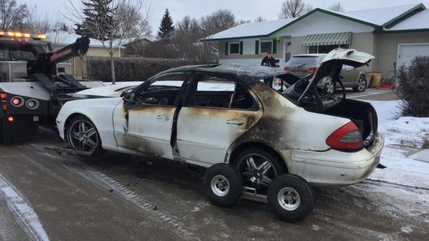 обгоревшая машина
