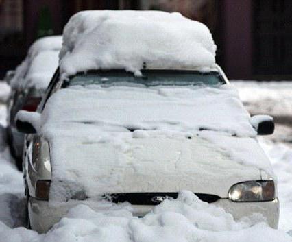 На машину упал снег с крыши: что делать, кто виноват и как взыскать ущерб