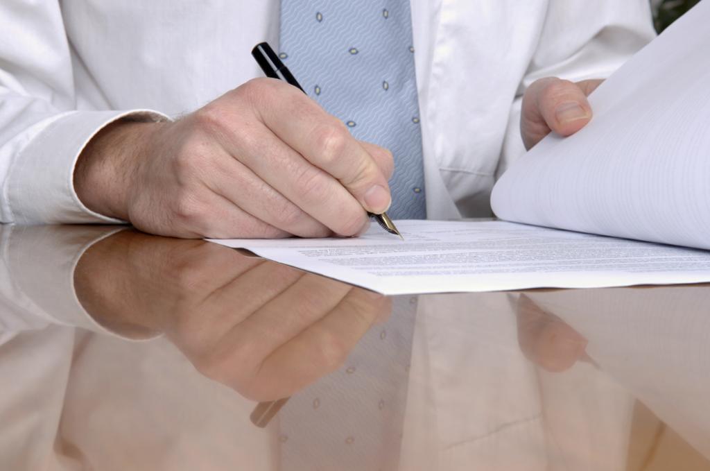 незаконные получение и разглашение сведений составляющих коммерческую налоговую или банковскую тайну