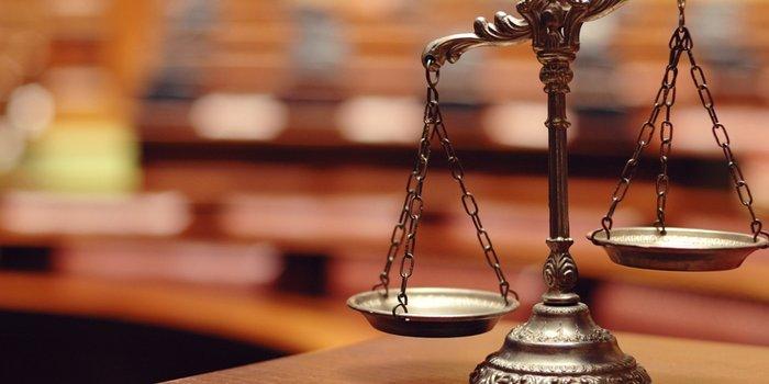 Весы на фоне судебного зала