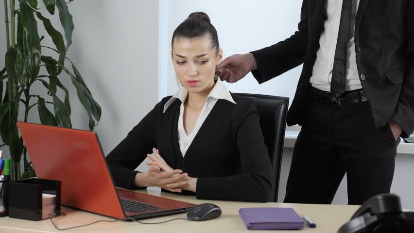 оказывает знаки внимания девушка на работе