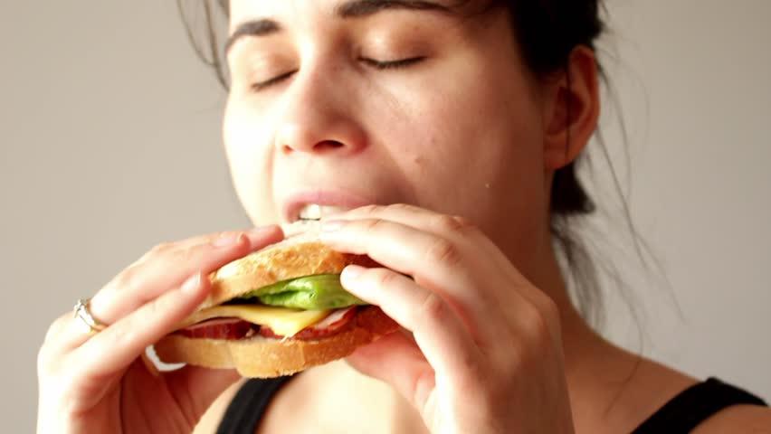 девушка обедает на работе
