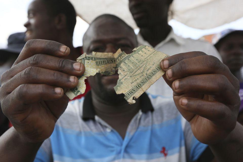 """В Зимбабве очень востребована профессия """"Мастер по ремонту денег"""". Главное,  чтобы хорошо был виден серийный номер купюры"""