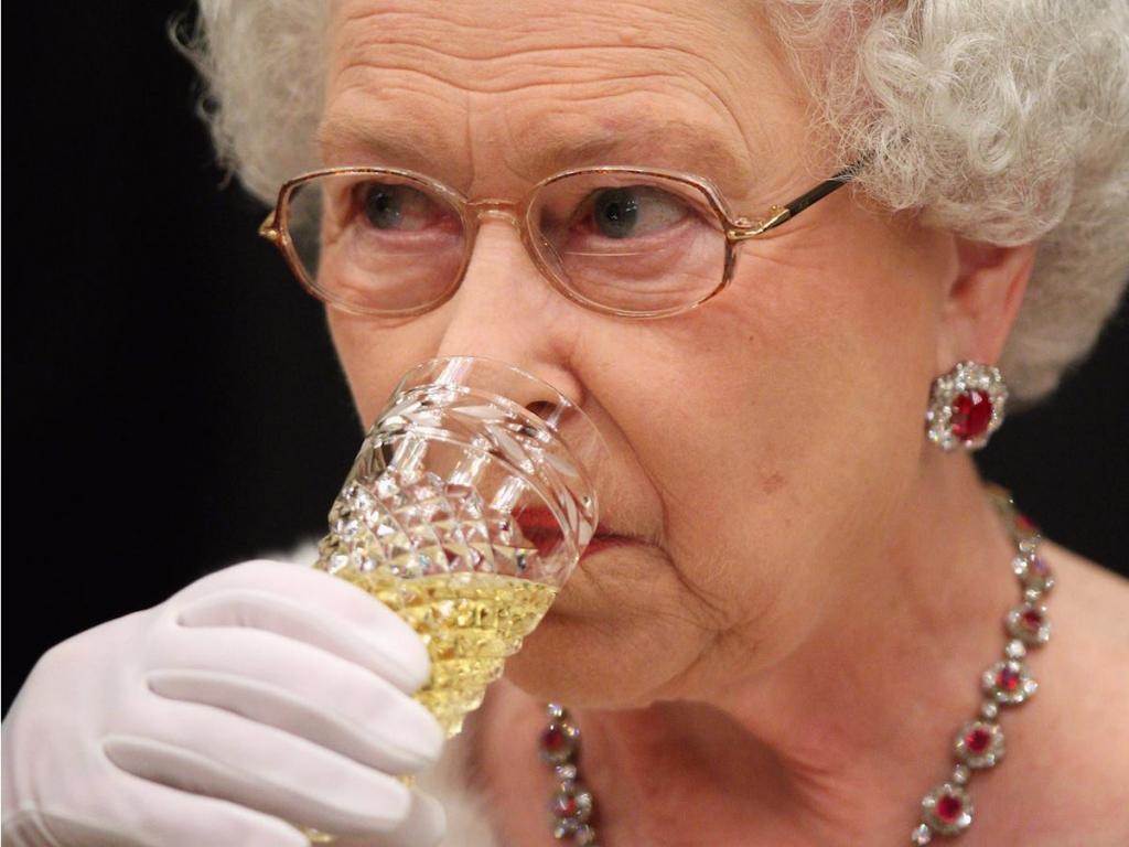 Британская королева полностью отказывается от алкоголя